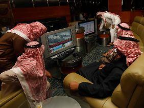 Im saudi-arabischen Riad bringen sich Händler auf den neuesten Stand.