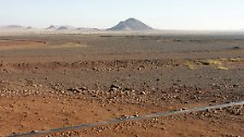 Innerhalb Afrikas bildet die Sahara eine natürliche Grenze, welche den Kontinent geographisch, ethnisch und kulturell trennt. In Nordafrika wohnen hauptsächlich Berber und Araber. Der andere Teil, Subsahara-Afrika, wird hauptsächlich von Schwarzafrikanern bewohnt.