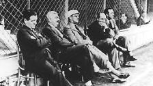Vier Jahre später, 1934, findet die WM in Italien statt und wieder siegt der Gastgeber. Gegen die Tschechoslowakei müssen die Italiener beim 2:1 jedoch in die Verlängerung. Deutschland wird bei seiner ersten WM-Teilnahme unter der Leitung von Reichstrainer Dr. Otto Nerz (im Bild, mit Mütze) Dritter.