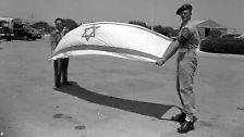 """... des Staates Israel."""" Bereits die ersten Sätze der Unabhängigkeitserklärung zeigen, dass die Geschichte des neuen Staates keineswegs 1948 beginnt. """"Im Lande Israel entstand das jüdische Volk"""", liest Ben Gurion vor. ..."""