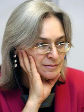 Die Russin Anna Politkowskaja war eine der wenigen Journalistinnen, die regelmäßig das Land bereiste und über die Misstände im Land schrieb: Über die Folter, über nächtliche Festnahmen, Vergewaltigungen, über das Verschwindenlassen von Lebenden und Toten.