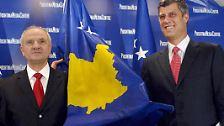In Europa gibt es einen neuen Staat: das Kosovo. Hier Regierungschef Hashim Thaci (r.) und Präsident Fatmir Sejdiu mit der neuen Flagge.