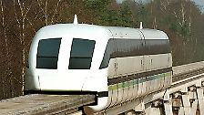 Eine Magnetschwebebahn hat - anders als ein Eisenbahnzug - keine Räder und kein Getriebe. Stattdessen verfügt sie über ...