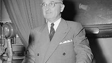 """""""Nur wenige Präsidenten hatten Gelegenheit, ein Gesetz von solcher Bedeutung zu unterschreiben"""", erklärte US-Präsident Truman am 3. April 1948, nachdem er den Marshallplan in Kraft gesetzt hatte. (Im Bild: Truman bei einer Radioansprache 1947)"""