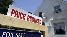 Mitte Juli stuft die Ratingagentur Standard & Poors mit Wohnimmobilienhypotheken unterlegte Wertpapiere mit einem Gesamtwert von 7,3 Mrd. US-Dollar herab. Andere Rating-Agenturen folgen diesem Beispiel, die Abwärtsspirale beginnt.