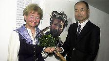 """Der erste, der den """"nackten Berg"""" bezwang - so nennen ihn die Einheimischen wegen der fast eisfreien Krone - war der Österreicher Hermann Buhl (1924-1957) am 3. Juli 1953. (Ein japanischer Bergsteiger übergibt Buhls Eispickel an dessen Witwe.)"""