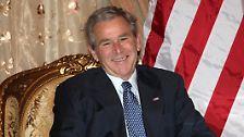 Hier strahlt er noch: Georg W. Bush, US-Präsident, auf Abschiedstour.