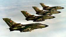 16. Oktober 1998: Der (alte) Bundestag billigt die Beteiligung der Bundeswehr an einem NATO-Einsatz im Kosovokonflikt. Die NATO beginnt im März 1999 ohne UN-Mandat mit Luftangriffen. Für die Bundeswehr wird es der erste Kampfeinsatz ihrer Geschichte.
