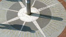 In allen Kulturen waren die ersten Uhren Sonnenuhren. Der Schatten eines in den Boden gesteckten Stabs gibt die Tageszeit an.