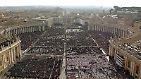 Die Gesamtansicht auf den Petersplatz vom Dom aus. Hier findet die Totenmesse für Papst Johannes Paul II. statt. Etwa 300.000 Pilger sowie etwa 200 Staatsoberhäupter versammeln sich, um dem verstorbenen Papst die letzte Ehre zu erweisen.