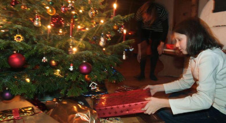 Mit der Familie vor dem Christbaum singen, Party mit Freunden machen oder lieber einfach ignorieren? Wie feiern die Deutschen das Weihnachtsfest?