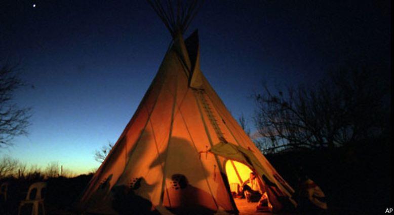 1. Die Geschichte der USA beginnt nicht mit den Indianern. Eher könnte man sagen: Der Beginn der USA war der Anfang vom Ende der Indianer. Um 1500 lebten auf dem Gebiet der heutigen USA und Kanadas schätzungsweise 7 Millionen Menschen.