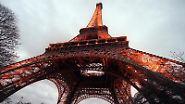 Der Eiffelturm lohnt nicht nur einen Blick von außen und unten - man kann auch in einem der Lifte hochfahren ...