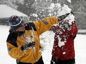 Eine Schneeballschlacht macht Spaß - kann aber auch schnell ins Auge gehen. Oder in eine Fensterscheibe.