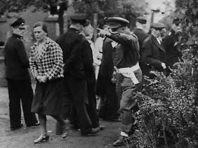 Burgsteinfurt im Münsterland, 7. Juni 1945. Diese Frau hat während der Vorführung von Aufnahmen aus Bergen Belsen und Buchenwald gelacht. Ein britischer Offiziert zwingt sie, den Film ein zweites Mal zu sehen.