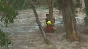 Überschwemmungen in Australien: Helfer retten Jungen aus Fluten