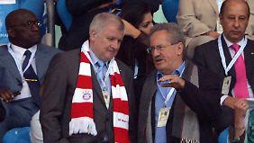 """""""You'll never walk alone"""": Seehofer mit Bayern-Schal und Wahlgegner Christian Ude von der SPD. Obwohl Seehofer auch schon mit einem Schal von Greuther Fürth gesehen wurde."""