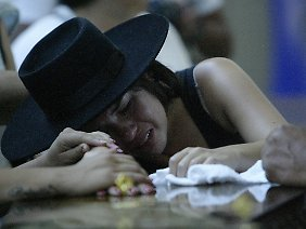 Diese Frau beweint einen getöteten Angehörigen.