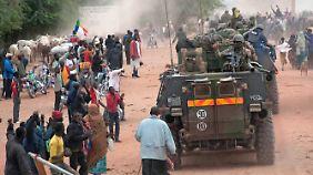 Die Bevölkerung feiert die malischen und französischen Truppen als Befreier.