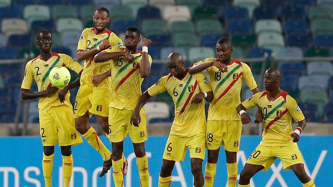 """""""Was in Mali passiert ist viel wichtiger als ein Fußballspiel."""" Sagt Seydou Keita, Zweiter von links."""