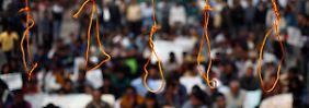 Viele Inder fordern die Todesstrafe für die mutmaßlichen Vergewaltiger.