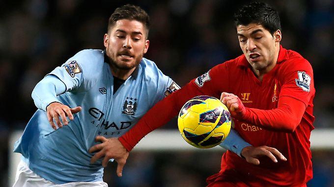 Duell auf Augenhöhe: Javi Garcia (l.) gegen Liverpools Luis Suarez.