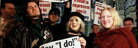 Demonstranten pochen auf ein Recht für Schwule und Lesben zu heiraten.