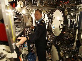Im Bauch eines Technikwunders: Sonarmeister Timo Rösemann kontrolliert einen Schrank mit Ausrüstungsgegenständen im Torpedoraum.