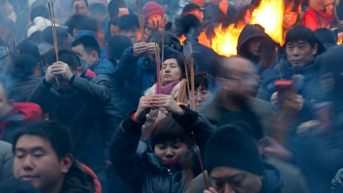 Traditionell zünden viele Chinesen zum Neujahrstag Kerzen, Fackeln und Pyrotechnik- der Ritus soll böse Geister vertreiben und Glück bringen.