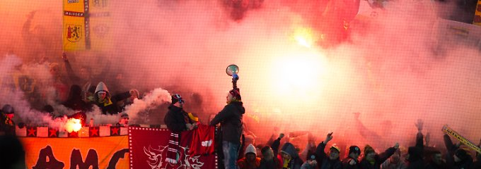Pyrotechnik ist das eine, Krawall das andere: Dresdner Fans in Kaiserlautern.