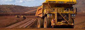 Ferngesteuerte Mega-Kipper bringen erzhaltiges Gestein zu den Förderbändern: In Australien betreibt Rio Tinto riesige Tagebaugruben.