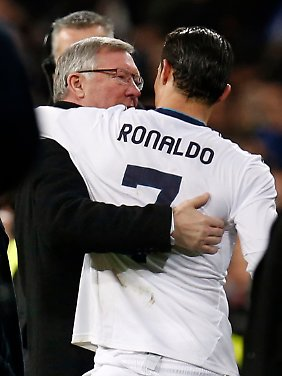 Sir Alex Ferguson mit seinem einstigen Musterschüler Cristiano Ronaldo. Der kickt inzwischen für Real Madrid.