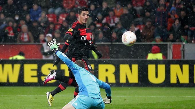 Tor des Abends: Der Paraguayer Óscar Cardozo lässt Leverkusens Torwart Bernd Leno keine Chance.