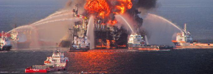 """Vor fast drei Jahren: """"Deepwater Horizon"""" brennt."""