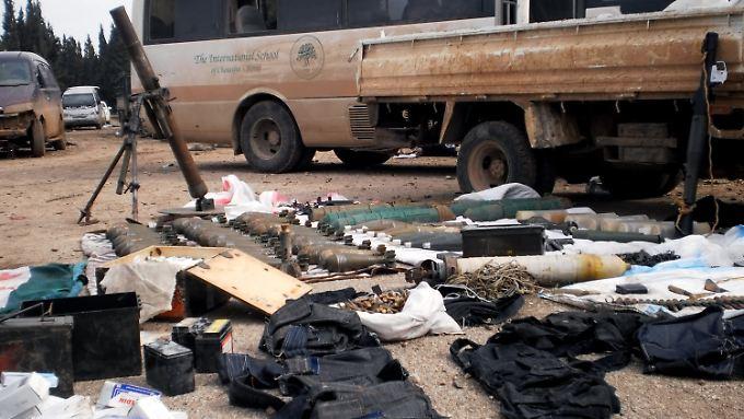 Diese Waffen haben Regierungstruppen laut syrischer Medien den Rebellen bei Homs abgenommen.