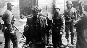 Über 500.000 Juden wurden allein im Warschauer Ghetto zusammengepfercht. Nach dem Aufstand im April 1943 rückten SS- und Wehrmachtverbände ins das Ghetto ein, um die noch verbliebenen Bewohner in die Arbeits- und Vernichtungslager abzutransportieren.