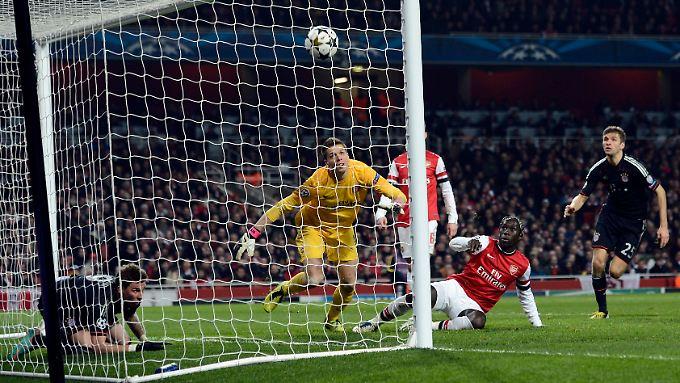 Kurios: Beim seinem 3:1 war Mario Mandzukic vor dem Ball im Arsenal-Tor.