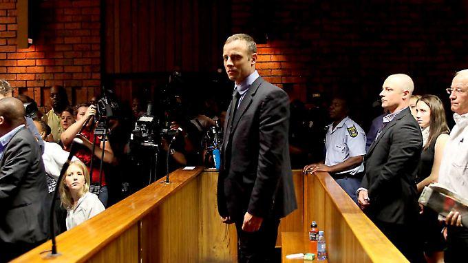 Oscar Pistorius verteidigt sich gegen den Vorwurf, seine Freundin vorsätzlich getötet zu haben.