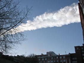 Der Meteoriteneinschlag im Ural ging mit einem großen Kondensstreifen einher. Weg vom Fenster! Die kommende Druckwelle zerstört die Scheiben.