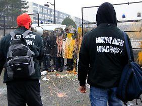 """""""Goodyear - Verbrecherbosse"""" - mit Farbe und harten Worten entläd sich in Frankreich der Frust über die geplante Schließung ihres Werks nahe Paris."""