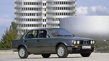 Auch der 3er BMW wurde als Viertürer erstmals 1983 auf den Markt gebracht. Damit wurde die bis dahin nur als Dreitürer zu habende Limousine auch familientauglich. Heute ist der Bajuware ein Oldtimer.