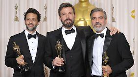 """Die stolzen Produzenten von """"Argo"""": Grant Heslov (l.), Ben Affleck (M.) und George Clooney."""