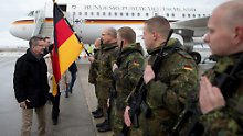 Ist er kein Minister, der sich vor seine Soldaten? Thomas de Maizière in Pristina, Kosovo.