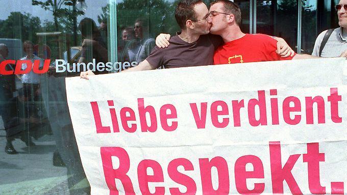 Kiss-In vor der CDU-Zentrale in Berlin im Sommer 2000. Mittlerweile nehmen CDU-Politiker am Christopher Street Day teil.