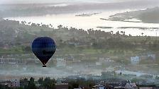 Der Korb mit den Touristen stürzte auf ein Zuckerrohrfeld im Westen der Stadt. Der Ballon hatte das westliche Ufer des Nils von Luxor überflogen.