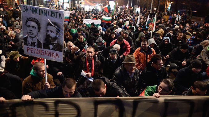 Menschenmassen demonstrieren täglich auf den Straßen von Sofia.