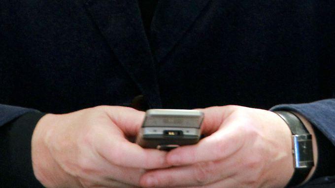 Merkel kommuniziert auch schon mal unter der Regierungsbank. Nun bekommt sie ein neues, sicheres Handy.