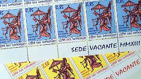 Auch die Briefmarken des Vatikans weisen auf den leeren Stuhl Petri hin.