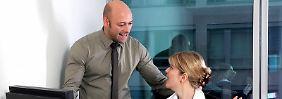 Nicht immer nur rumnörgeln: Chefs tun gut daran, ihre Mitarbeiter auch mal zu loben.