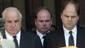 Alt-Bundeskanzler Helmut Kohl und die Söhne Walter und Peter (v.l.) nach der Trauerfeier im Dom zu Speyer am 11. Juli 2001.